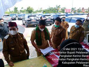 Bupati Pelalawan, H Zukri Misran, saat melakukan check data kendaraan mobil dinas